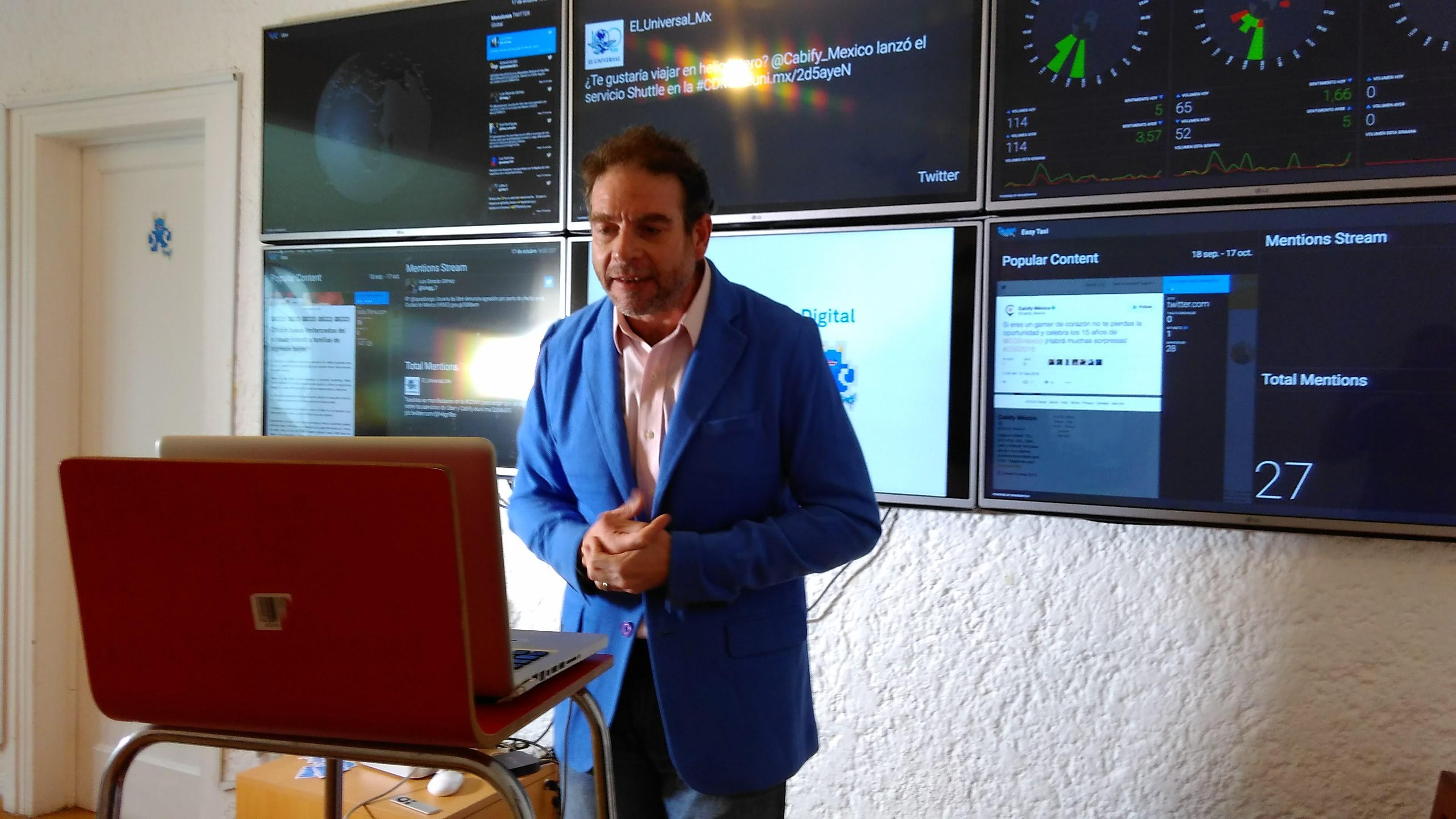 Gonzalo da una conferencia vía streaming desde las oficinas de ClowderTank.
